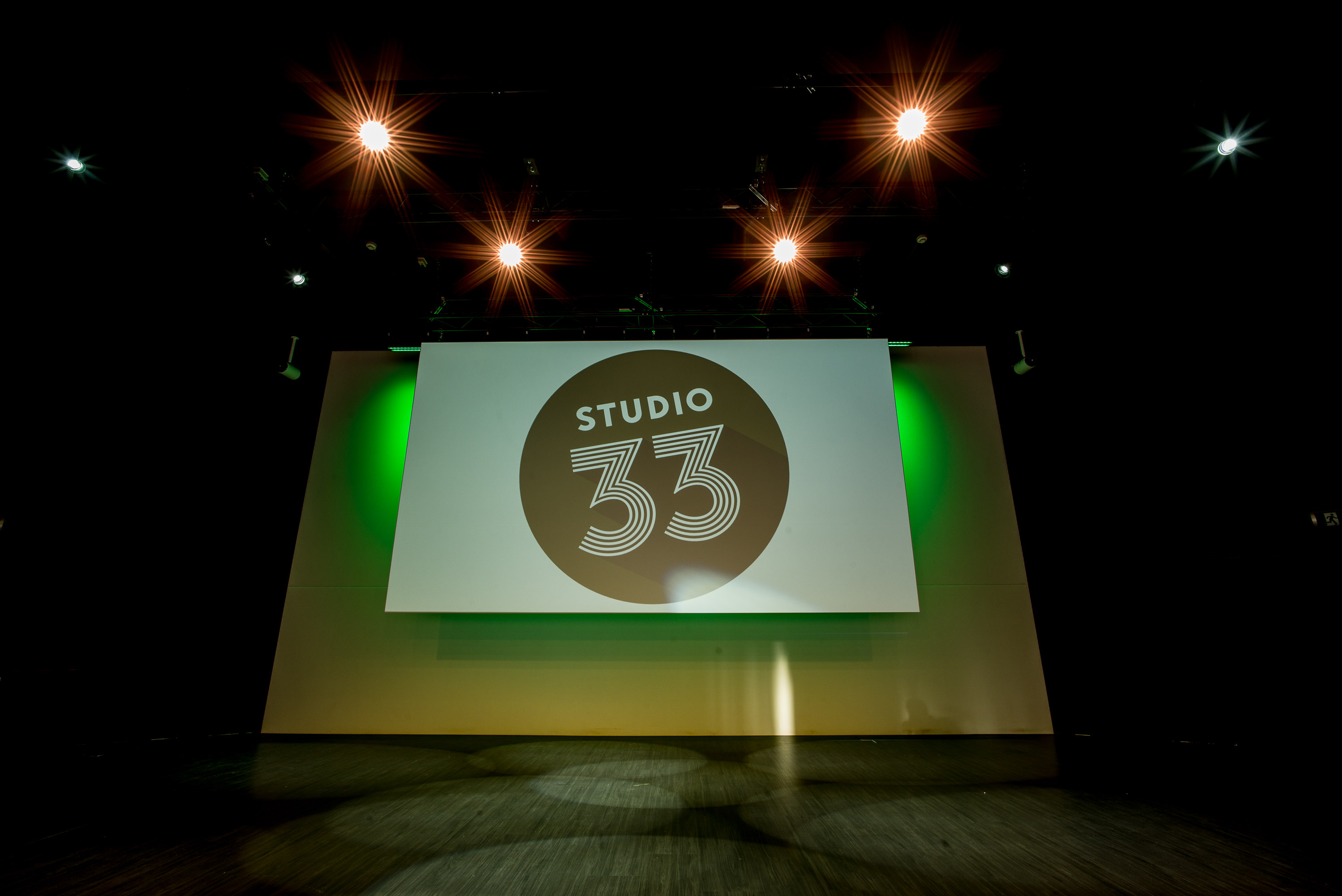 STUDIO33 - Podium, projectiescherm